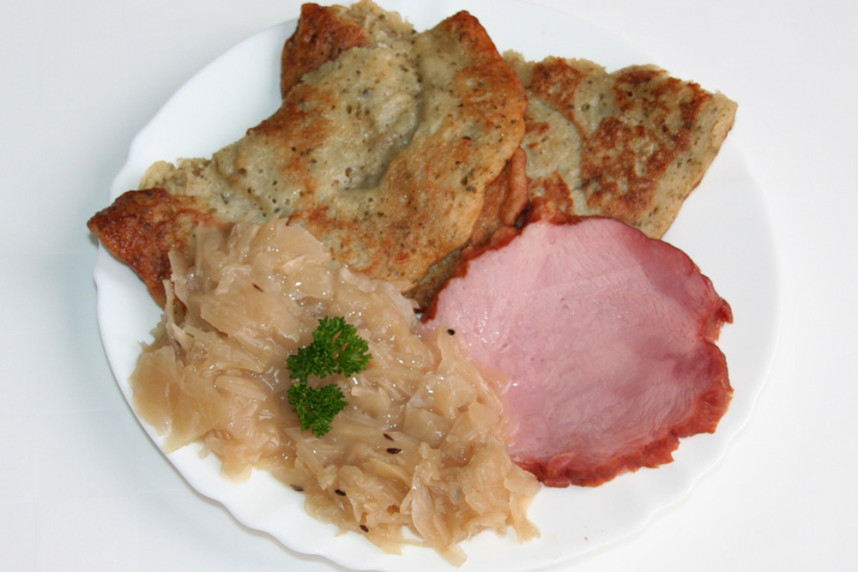 Cmunda with cabbage and smoked meat