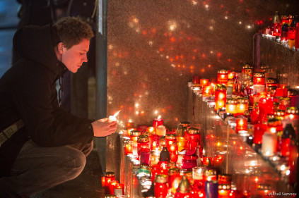 Hundreds of people commemorate Havel at Prague Castle